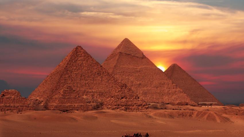 Voir à travers les pyramides - © Bonne Pioche