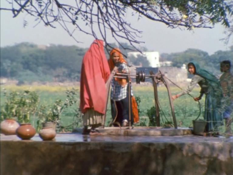 Indienne naturelle se montre à la caméra